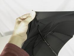 besonders windstabiler Regenschirm